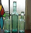 C1034 イギリスアンティーク・凸文字ガラスボトル・トリオ