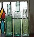 C1038 イギリスアンティーク・凸文字ガラスボトル・トリオ