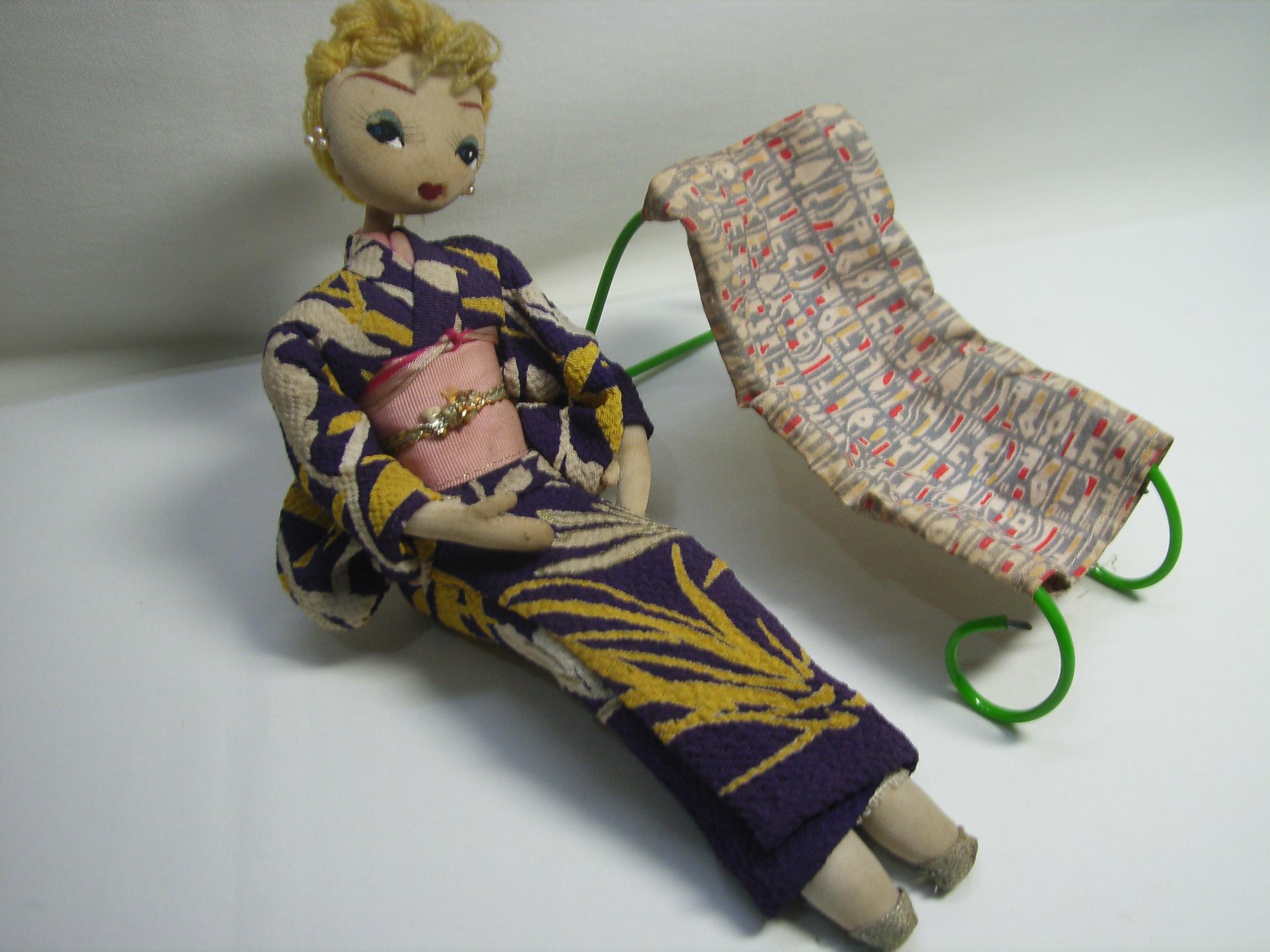 昭和レトロ 人形 横たわる チェアー 着物 女性 23.5cm 当時物 現状 【AJ1128】