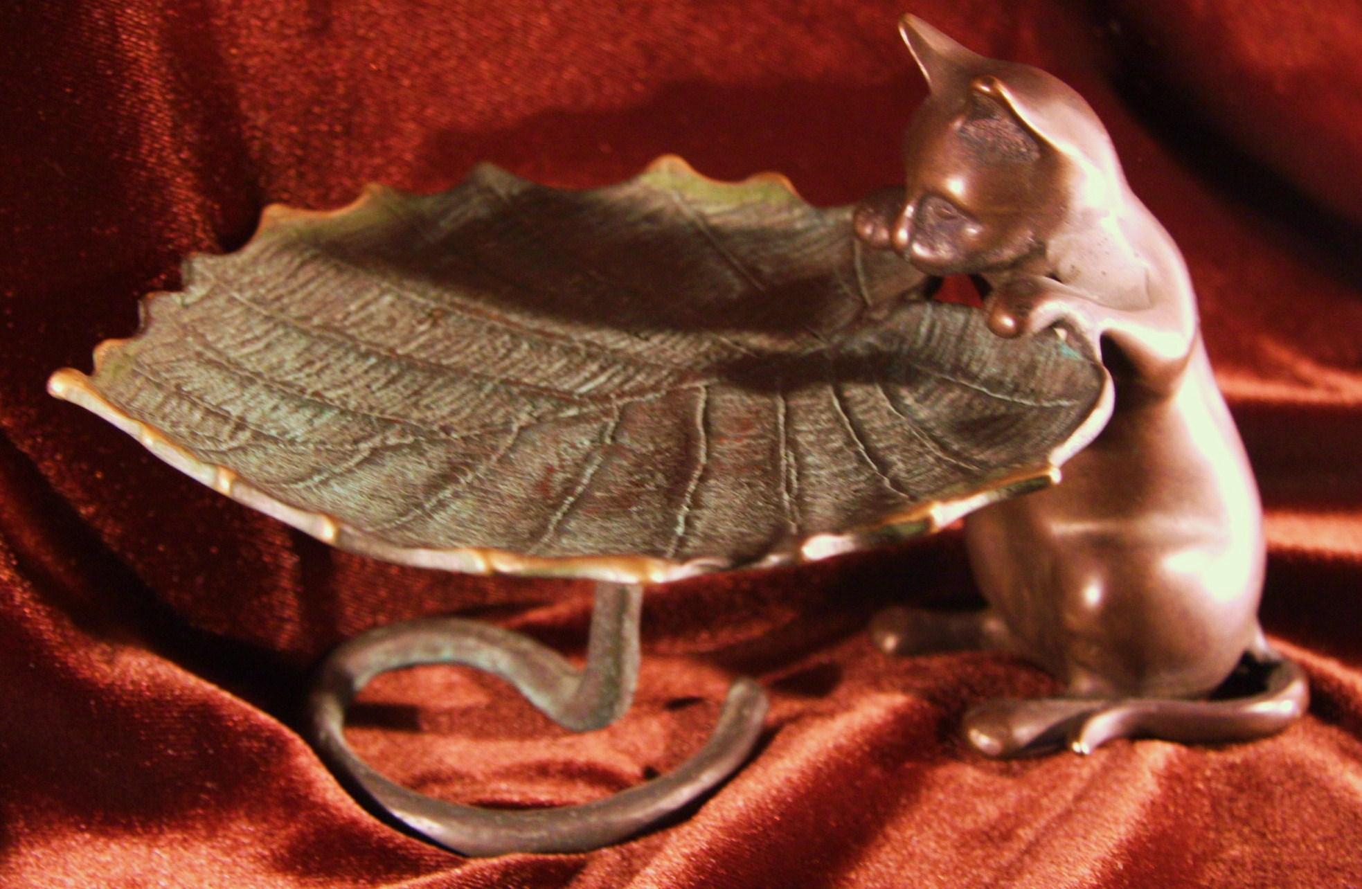 猫のアンティークトレー 鉄製?  【AW1020】