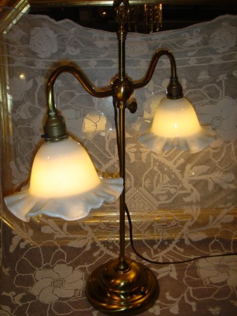 イギリス輸入ランプ ミルクガラスのフリルシェード 真鍮製スタンド・テーブルランプ 【NW0018】