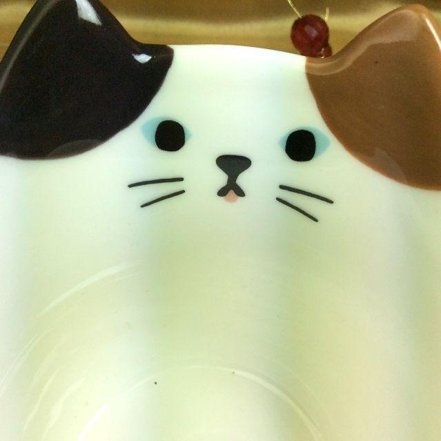 デコレペロマグカップの三毛猫顔部分のクローズアップ画像