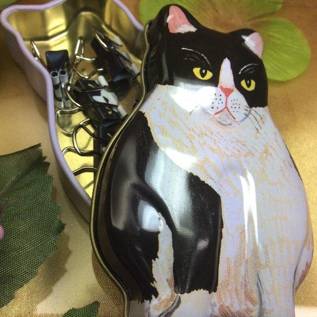 猫ミニダブルクリップと猫型の缶の画像