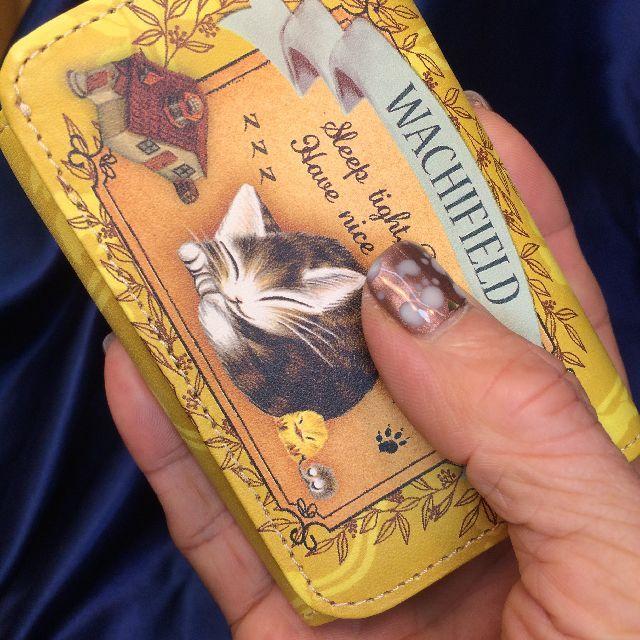 猫のダヤンの極小三つ折り財布「丸猫」柄を手の平に載せた画像