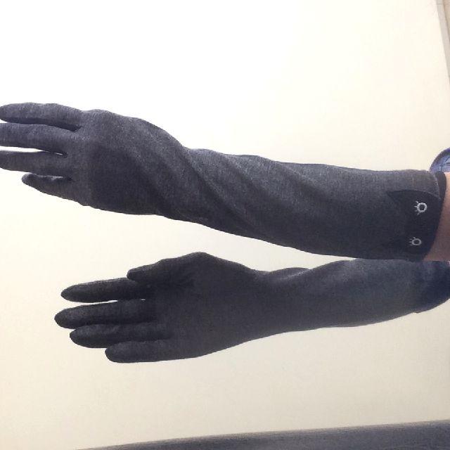 マタノアツコ黒猫UVロング手袋を嵌めた画像