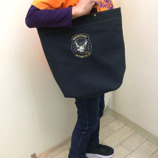 ダヤンの刺繍ロゴトートバッグを肩に掛けた画像