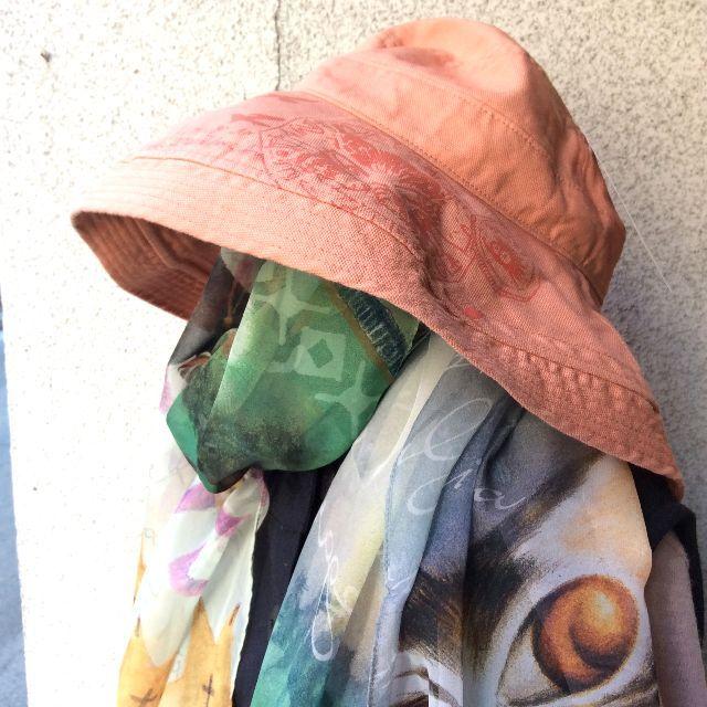 ダヤンのエッジアップ帽子を大きさの比較のために人体に被せて撮った画像
