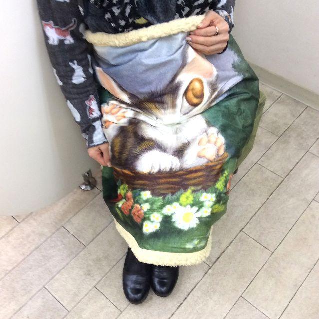 ダヤンのアートひざかけバルトBABYを膝に掛けた画像