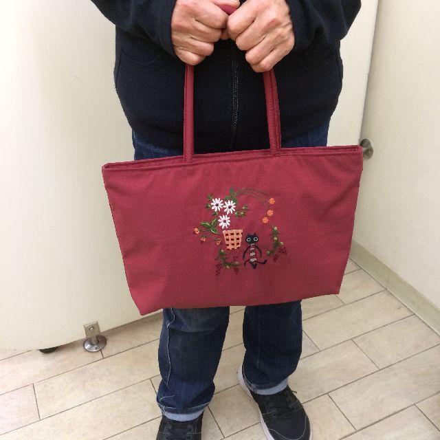 マタノアツコの黒猫メメトートバッグを手に持った画像画像