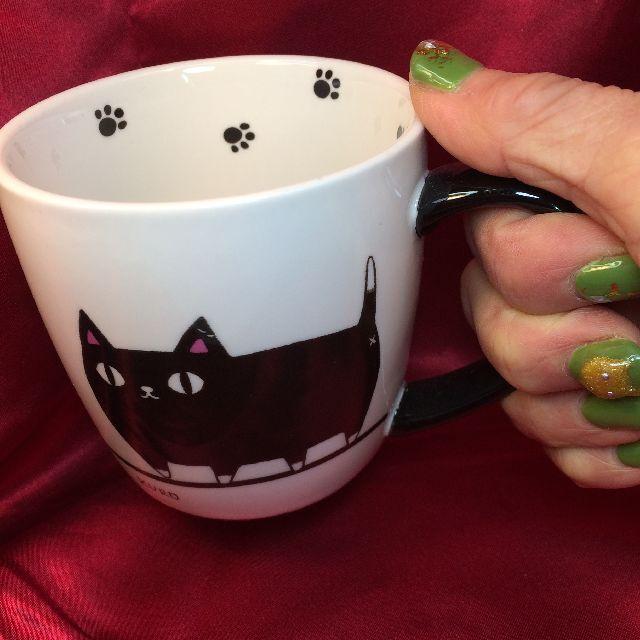 猫3兄弟マグカップ行進柄を手に持った画像