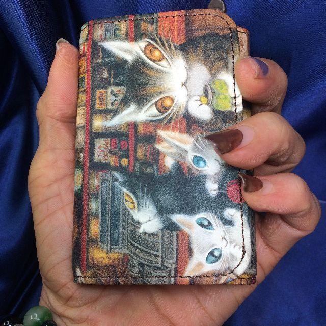 猫のダヤンの本牛革三つ折り財布「グロッサリー」柄を手に持った画像