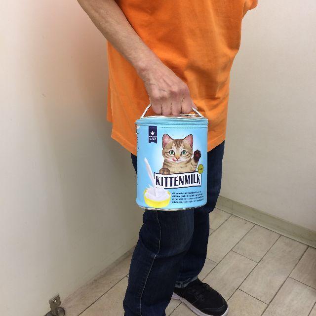 フェリシモ猫部のバニティーポーチを手に持った画像