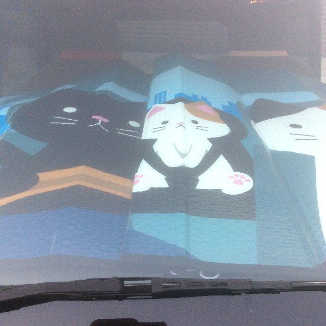 カーサンシェードを車のフロントガラスに装着した画像