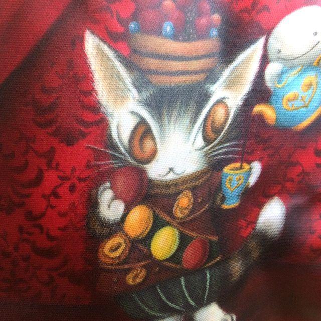 ダヤンのラミネートミニポケットトートバッグ赤い部屋のマカロンのクローズアップ画像