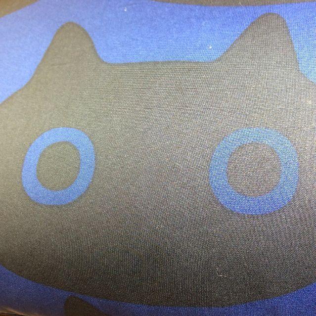 マタノアツコ先生デザインの黒猫MEMEひざ掛けのクローズアップ画像