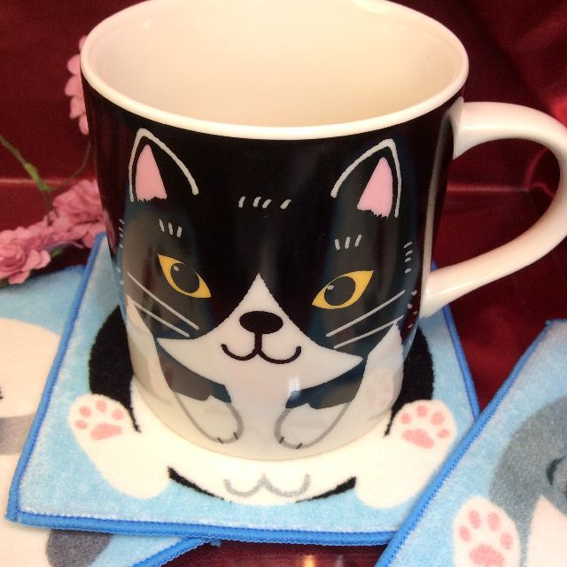 ハチワレ猫のマグカップをハチワレ猫コースターの上に載せた画像