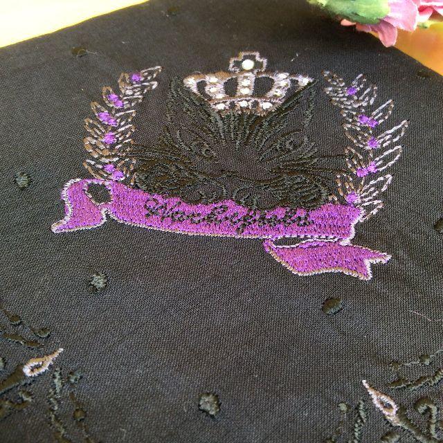 ダヤンの薄手刺繍ハンカチの刺繍とスパンコール部分のクローズアップ画像