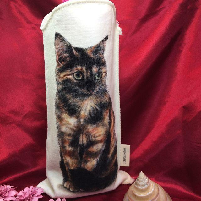 フェリシモ猫部サビ猫柄のペットボトルタオルに、ペットボトルを入れた画像