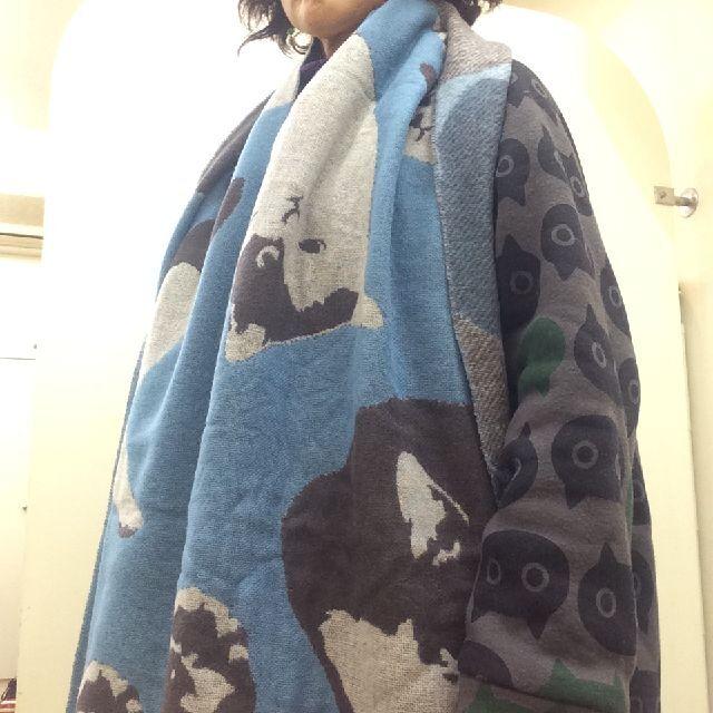 マタノアツコ猫柄ウールストールを首に巻いた画像