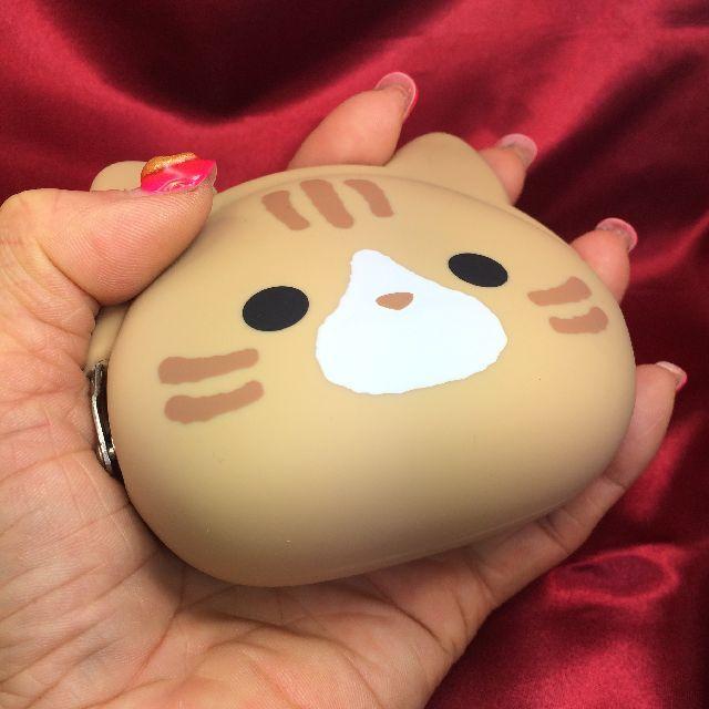 ミミポーチシリコンがま口茶トラ猫を掌に載せた画像