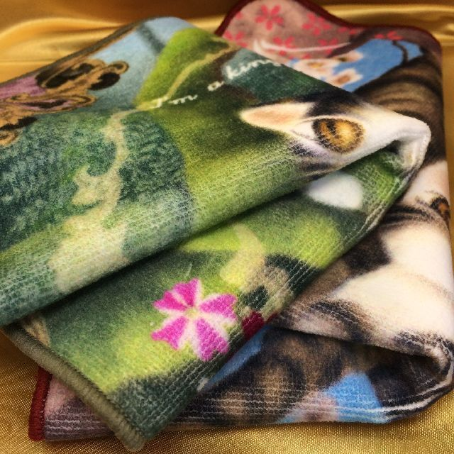 猫のダヤンのタオルハンカチ「桜色の風」と「森の王様」柄の画像