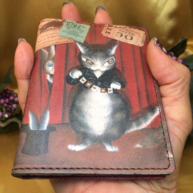 猫のダヤンのアート2面パスケースXXXマジョリーノエル柄を手に持った画像