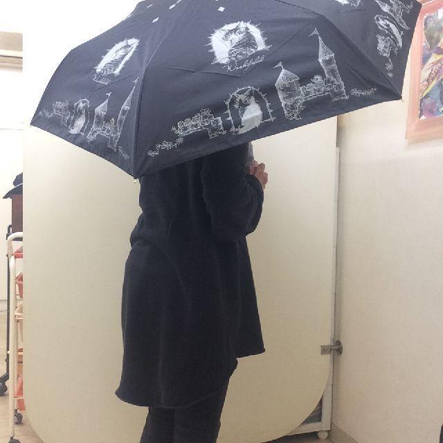 猫のダヤンの遮光ミニ折りたたみ傘「お城」柄を差した画像