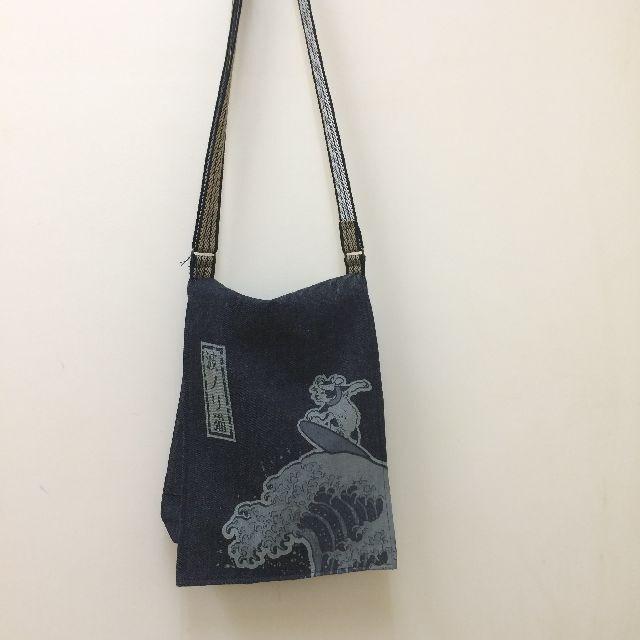 倉敷デニム製ショルダーバッグ「波ノリ猫」柄のオモテの全体画像