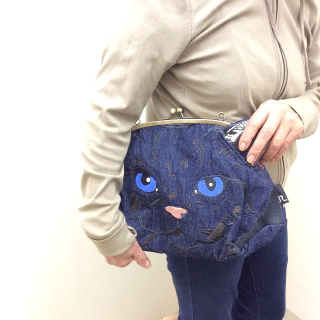 ルートートの猫の顔の刺繍のがま口ショルダーバッグの全体の画像