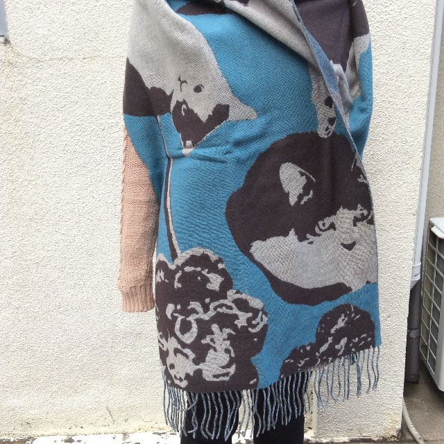 マタノアツコ大版ウールストールを肩から掛けた画像