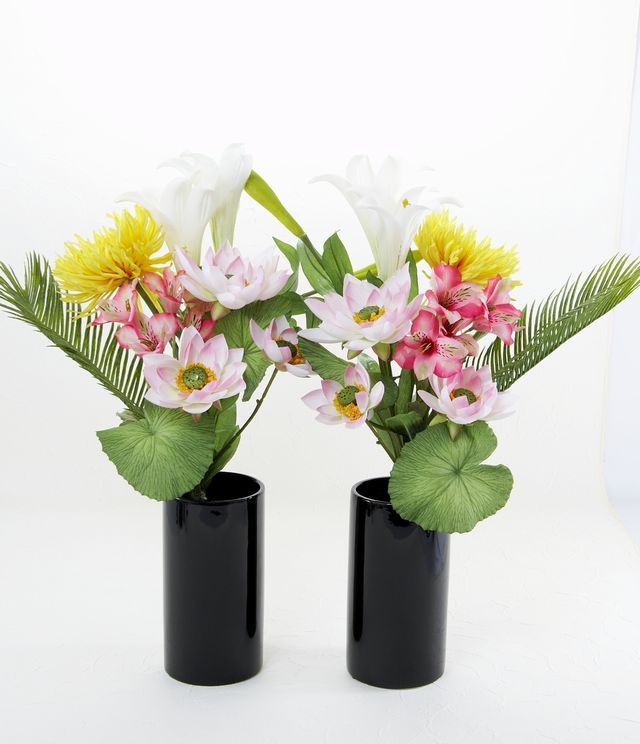 【造花 仏花 モダンデザイン】ロータス&テッポウユリ&マムの供花(左右1対セット)
