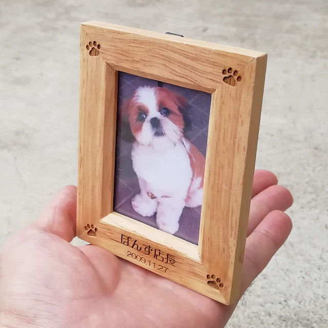 【名前彫刻】《ミニサイズ》木製・名前入りフォトスタンド(写真立て)