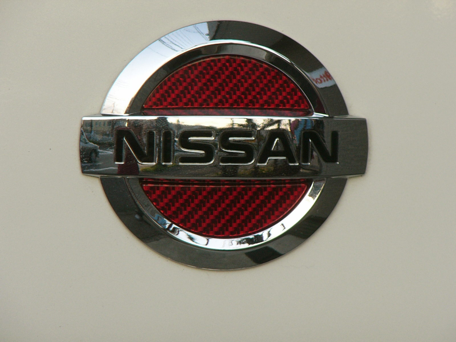 NISSAN セレナ・キャラバン専用リヤエンブレムシルバーカーボン「レッドVer」フィニッシャー