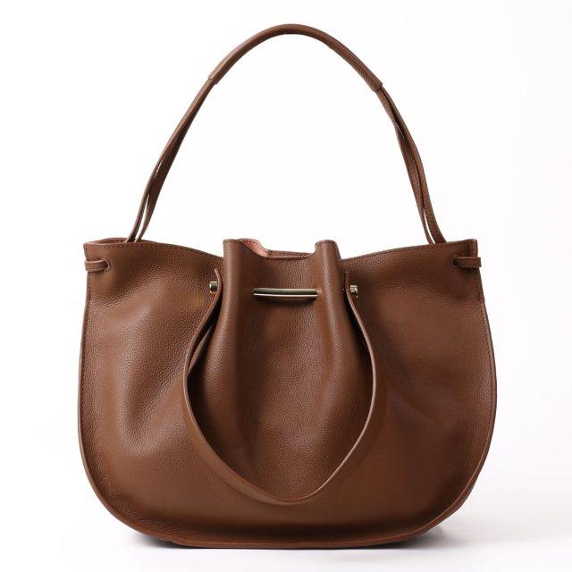 BARCLAY CLUB(バークレークラブ)フェミニンな雰囲気の中に、カジュアル感も感じられるデザインバッグ。 タンニン
