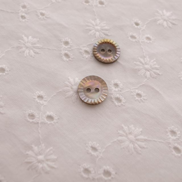 【丸型(定番 キザミ)】茶蝶貝ボタン#00180 2穴11.5mm