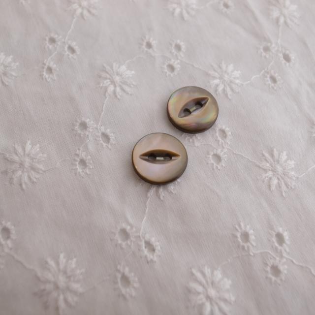 【丸型(デザイン キャッツアイ)】茶蝶貝ボタン#bt037 2穴13mm