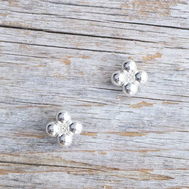 【花の形のボタン】スモールメタルボタン #BT250 1穴 10mm C/#AS ホワイト