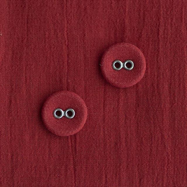 赤いくるみボタン