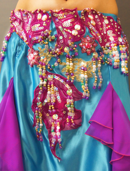 光沢のある水色サテンにパープル。美しい輝きのベリーダンス衣装 装飾