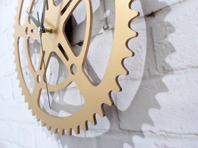 ギアクロック 壁掛け時計 自転車のチェーンリングを思わせる壁掛け時計 メタリックな感じがシックなインテリアにマッチ ゴールド