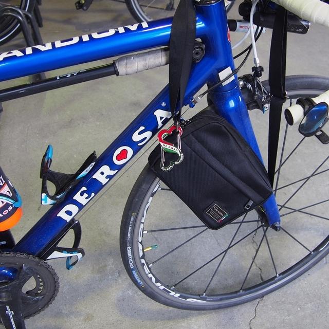 DEROSA デローザ ロゴ モチーフ カラビナ キーホルダー キーリング おしゃれ 自転車 ブランド ロードバイク メンズ レディース