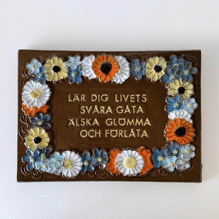Jie Gantofta 社 (ジイ・ガントフタ )/ Aimo Nietosvuori/アイモ・ニエトスヴオリ)/陶板の壁飾り(花とことわざ)