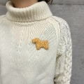 白樺 平織りの犬のブローチ テリア