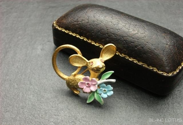 ヴィンテージブローチ ネズミと花束