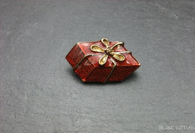ヴィンテージブローチ 赤いエナメルのギフトボックス