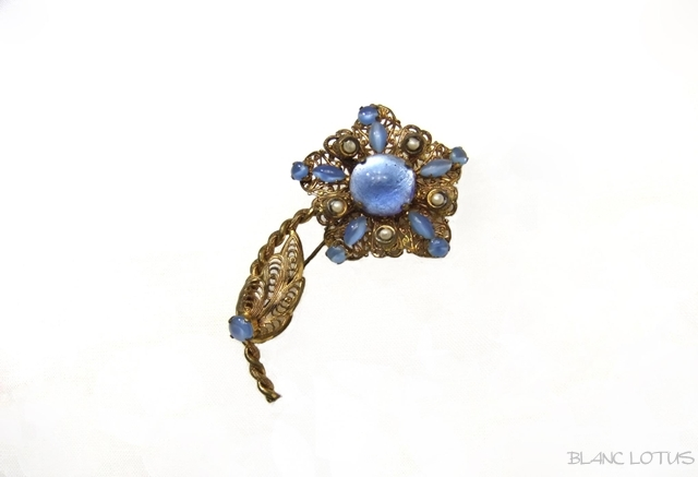 ブルーグラスの花のブローチ