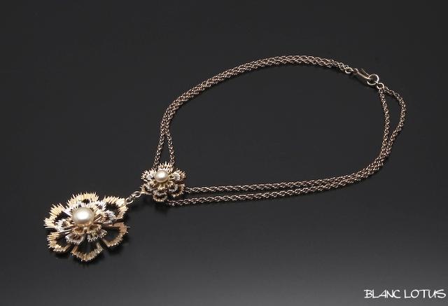 銀の花のネックレス