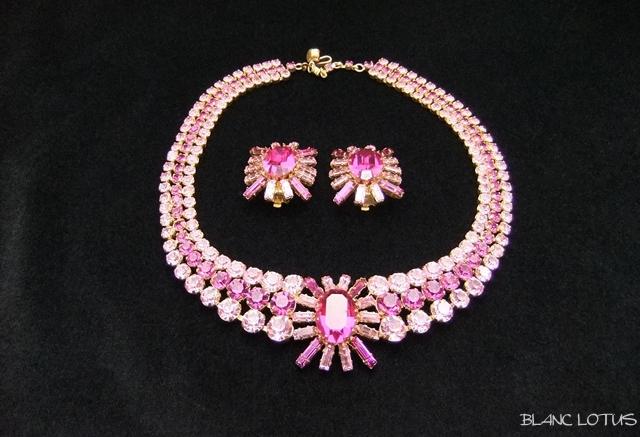 鮮やかなピンクのネックレスとイヤリングのセット