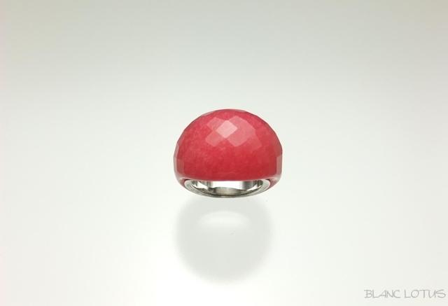 濃いピンクのガラスの指輪
