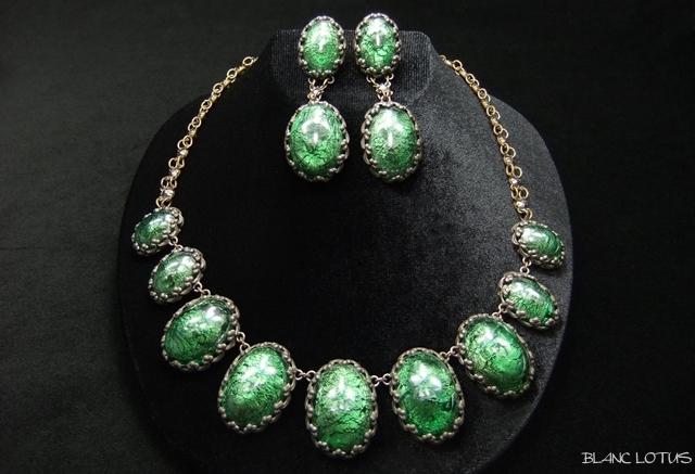 鮮やかなグリーンのフォイルドグラスのネックレスとイヤリングのセット フランス製
